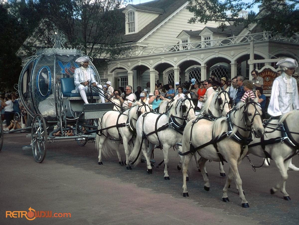 Anciennes Parades des Resorts Américains Cinderella-Tencennial-Parade-coach-1982