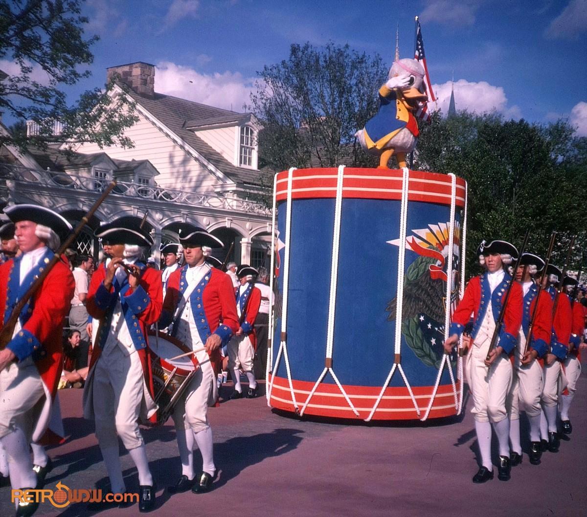 Anciennes Parades des Resorts Américains Donald-Duck-Tencennial-Parade-1982
