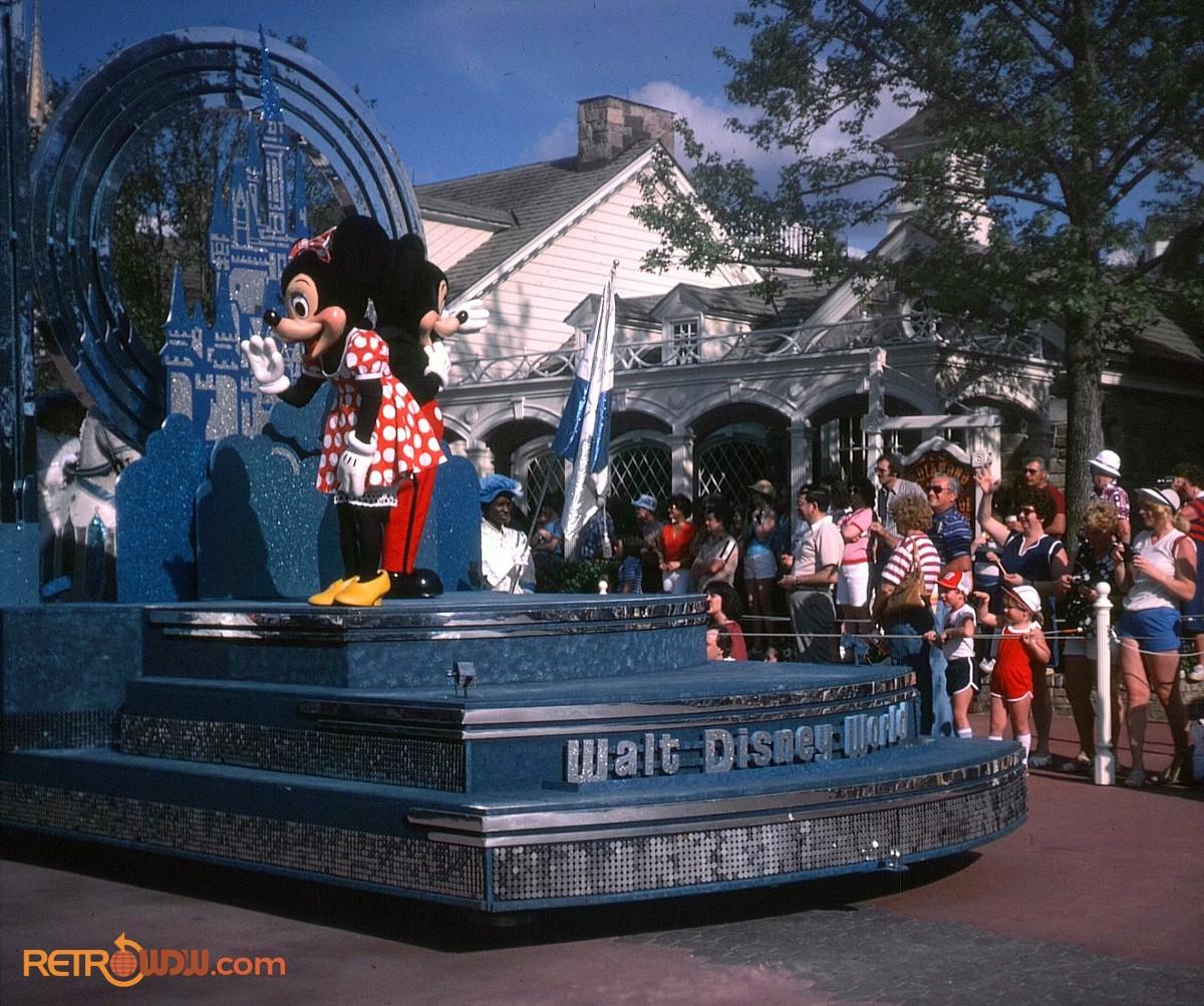 Anciennes Parades des Resorts Américains Mickey-Minnie-Tencennial-Float-1982