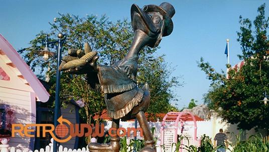 Mickey's Birthdayland - Duckburg Cornelius Coot Statue