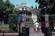 Disneyland-Haunted-Mansion-Entrance